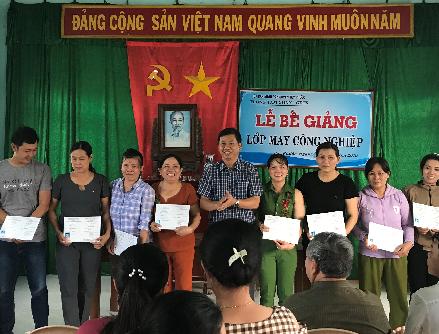 Bế giảng lớp dạy nghề May công nghiệp cho lao động nông thôn